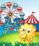 Un monstruo amarillo y su niño en el carnaval Fotos de archivo