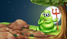 Un monstruo asustadizo que sostiene una bifurcación de la muerte debajo del árbol Imagen de archivo