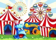 Un monstruo azul cerca de las tiendas de circo Foto de archivo libre de regalías