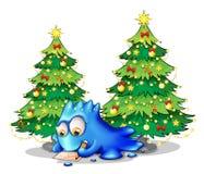 Un monstruo azul que escribe una letra cerca de los árboles de pino verdes Fotografía de archivo libre de regalías