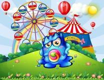 Un monstruo del bebé en la cumbre con un carnaval Fotos de archivo libres de regalías
