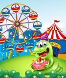 Un monstruo que celebra un cumpleaños en la cumbre con un carnaval Fotos de archivo