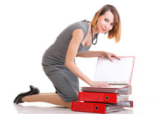 Un montón con exceso de trabajo de la empresaria del trabajo de la mujer de documentos   imagen de archivo libre de regalías