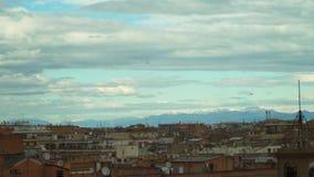 Un montón de antenas parabólicas en los tejados de edificios en Roma almacen de metraje de vídeo