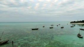 Un montón de barcos en Tanzania, Zanzíbar, aéreo metrajes