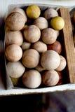 Un montón de bolas de madera del color marrón claro Fotografía de archivo libre de regalías
