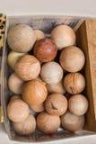 Un montón de bolas de madera del color marrón claro Imagen de archivo libre de regalías