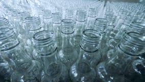 Un montón de botellas de cristal vacías en una unidad de la destilería almacen de video
