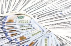 Un montón de bulto dispuesto billetes de banco de los dólares Imágenes de archivo libres de regalías
