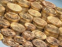 Un montón de monedas brillantes del oro Fotos de archivo libres de regalías