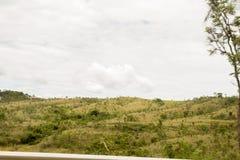 Un montain verde sopra il cielo blu fotografie stock libere da diritti