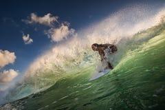 Un montar a caballo de la persona que practica surf en ola oceánica verde Imágenes de archivo libres de regalías