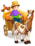 Un montar a caballo del granjero en su carro de madera con un caballo y un pollo Foto de archivo