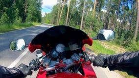 Un montar a caballo del motorista en una moto con el velocímetro en un largo camino almacen de video