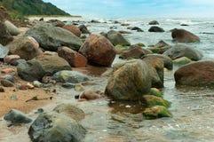 Un monticello dei massi enormi, cresta di pietra sulla costa fotografie stock libere da diritti