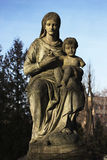 Un monument à la mère avec un enfant dans des mains Images libres de droits