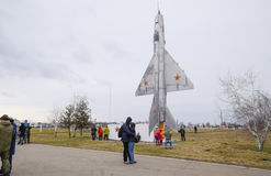 Un monument d'aviation de combattant à l'aérodrome de Krasnodar Ouverture de la visite pour des invités de l'aérodrome en l'honne Images stock