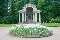 Un monument sculptural à Maria Fiodorovna dans Rossi&#x27 ; pavillon de s Photographie stock libre de droits