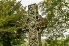 Un monumento decorato della croce celtica in natura fotografie stock libere da diritti