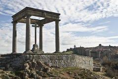 Un monumento dei quattro alberini e pareti di Avila. fotografia stock