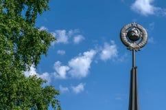 Un monumento del martillo y de la hoz soviéticos de la era en el fondo del cielo azul Imágenes de archivo libres de regalías