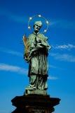 Un monumento en Charles Bridge en Praga fotografía de archivo