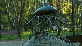 Un monumento en la forma cogió en las redes del bacalao en parque del otoño almacen de metraje de vídeo