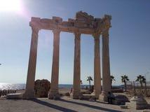 Un monumento grande apenas cerca el mar Fotos de archivo libres de regalías