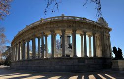 Un monumento storico in un parco immagini stock