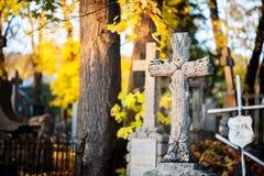 Un monumento trasversale in un cimitero Fotografia Stock