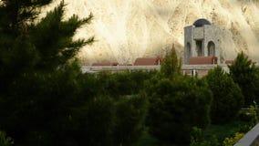 Un monumento visto attraverso gli alberi stock footage