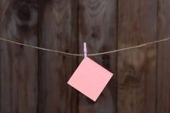 Un morceau coloré de la pose de papier peint sur une corde Image libre de droits