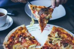 Un morceau de coupe de pizza Image stock