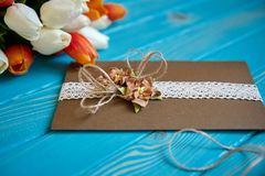 Un morceau de dentelle de coton avec les fleurs de papier et morceau de papier brun Photos stock