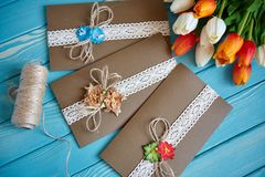 Un morceau de dentelle de coton avec les fleurs de papier et morceau de papier brun sur une coupe d'arbre Images libres de droits