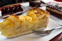 Un morceau de gâteau aux pommes d'un plat blanc photographie stock libre de droits
