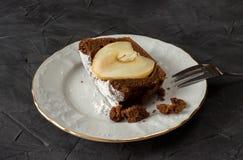 Un morceau de gâteau de chocolat avec la poire photos libres de droits