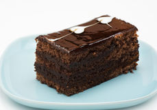 Un morceau de gâteau de chocolat d'un plat bleu Photos libres de droits