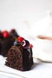 Un morceau de gâteau de chocolat sur le fond blanc image libre de droits