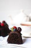 Un morceau de gâteau de chocolat sur le fond blanc Photographie stock