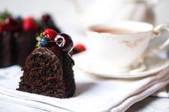 Un morceau de gâteau de chocolat sur le fond blanc photographie stock libre de droits