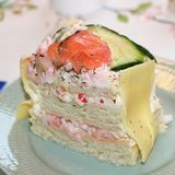 Un morceau de gâteau de sandwich avec les saumons et la crevette photographie stock libre de droits