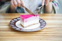 Un morceau de gâteau sur une table en bois Photographie stock libre de droits