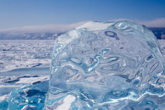 Un morceau de glace bleue sur la surface du lac Baïkal congelé Image libre de droits