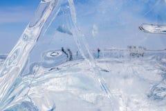 Un morceau de glace bleue sur le lac Baïkal congelé Photographie stock libre de droits