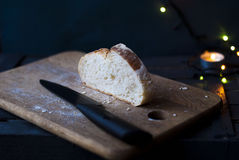Un morceau de pain blanc sur une planche à découper Image libre de droits