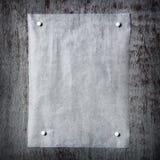 un morceau de papier goupillé à un fond en bois gris Cadre de Photographie stock