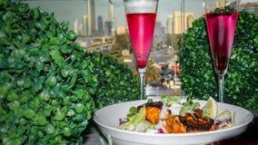 Un morceau de saumons grillés avec le citron, le sel et les légumes - décoration de fantaisie de nourriture image libre de droits