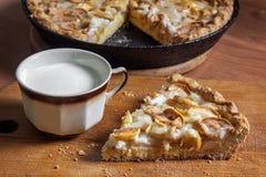 Un morceau de tarte aux pommes et d'une tasse de lait photos libres de droits