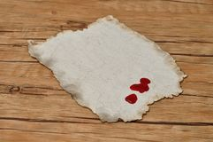 Un morceau de vieux papier avec des gouttes de sang Photos libres de droits